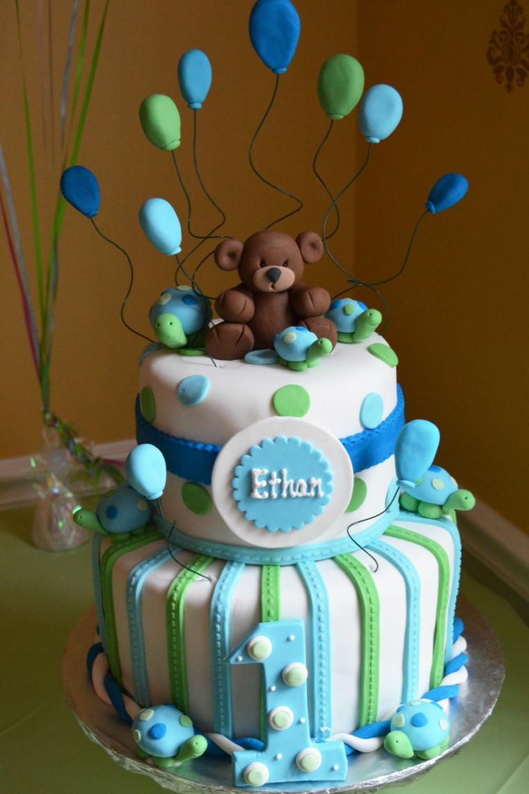Torte di compleanno maschili, torta ricoperta con pasta di zucchero, topper orsetto