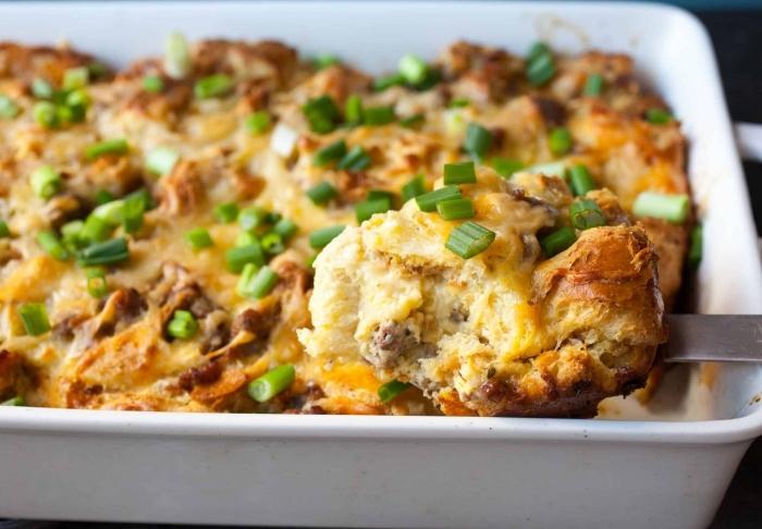Teglia con sfornato di carne e formaggio, cipolla verde sminuzzata, sfornato per brunch