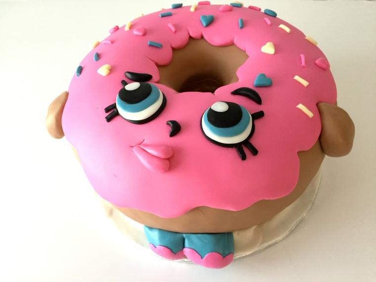 Torta forma ciamella Shopkins, decorazione torta con pasta di zucchero rosa, disegni su torta