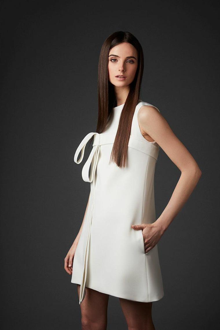 Abiti da sposa semplici, abito corto bianco, vestito con fiocco, capelli lunghi e lisci