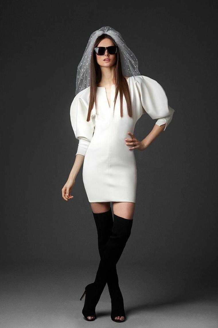 Sposa con velo, abito con maniche voluminose, vestiti cerimonia corti, stivali neri alti
