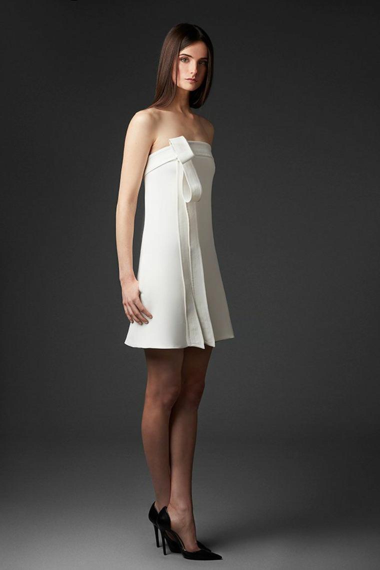 Vestiti da sposa corti, abito con fiocco bianco, donna con capelli lunghi e lisci