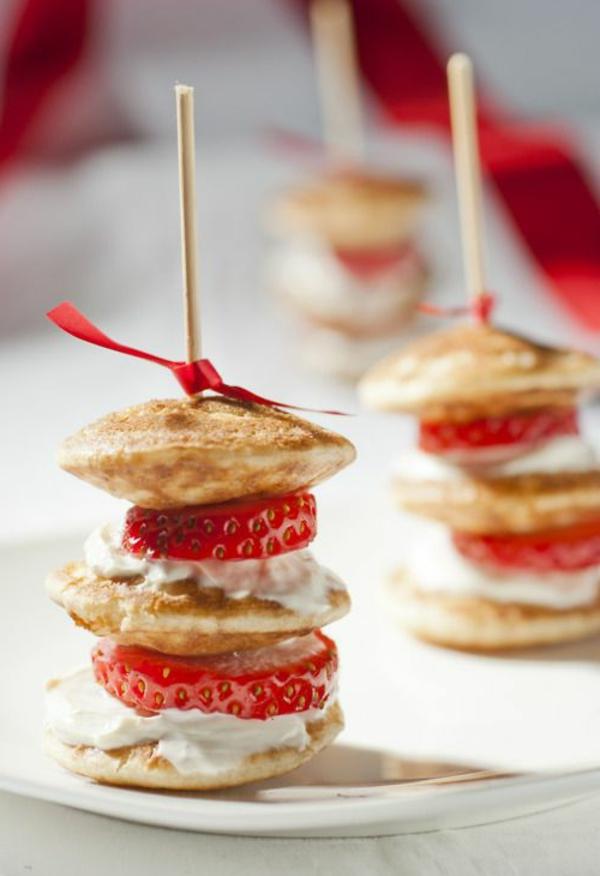Spiedini di fragole, colazione con mini pancake, spiedino con fiocco rosso