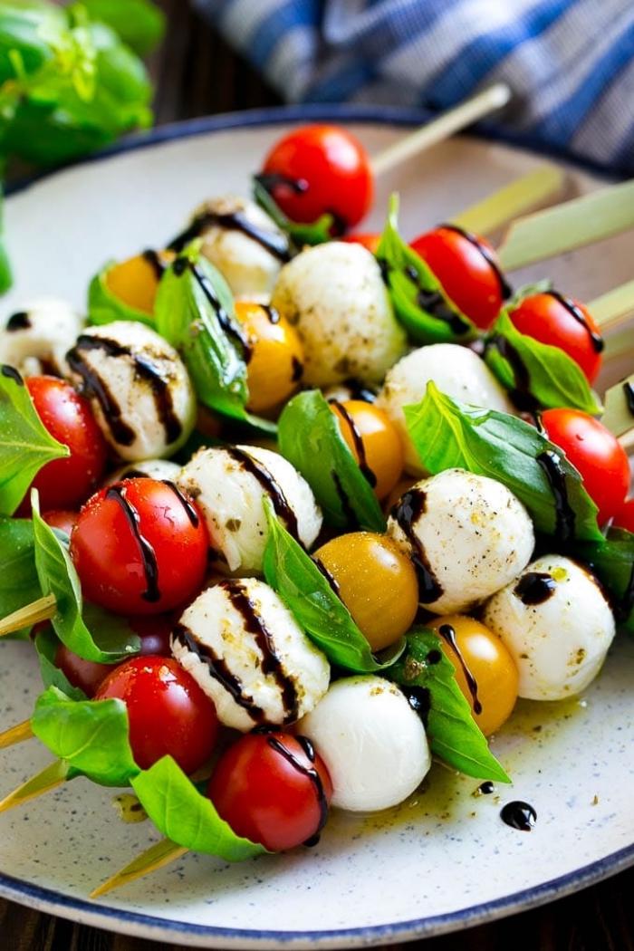 Brunch ricette, spiedini di verdure, mozzarelline e pomodorini, foglie di basilico fresco
