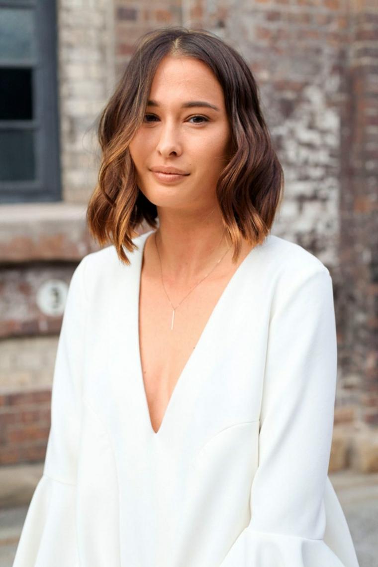 Taglio corto asimmetrico, donna con camicia bianca, colore capelli castano ombrè