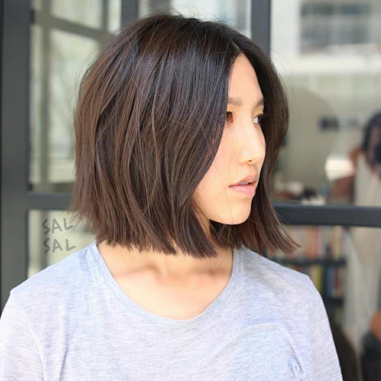 Taglio corto femminile, donna con capelli a caschetto, pettinatura con riga centrale