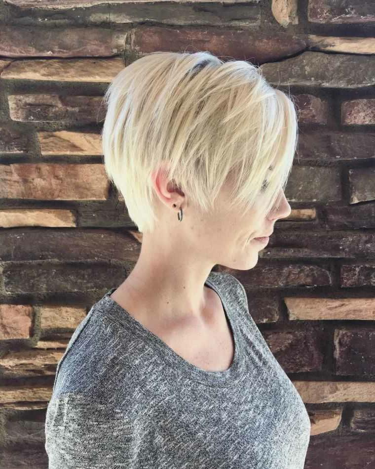 Taglio capelli corti dietro, capelli di colore biondo, maglione donna colore grigio