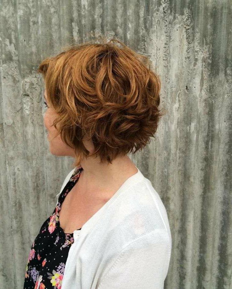 Taglio carré mosso, capelli colore castano, carré con frangia, donna girata di spalle