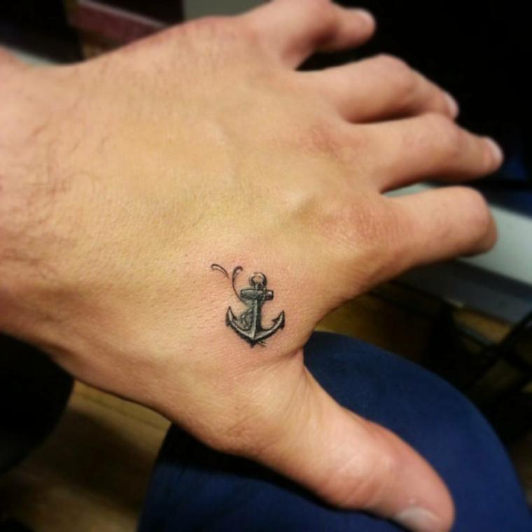 Tatuaggio sulla mano, disegno tattoo ancora, uomo con tattoo sulla mano