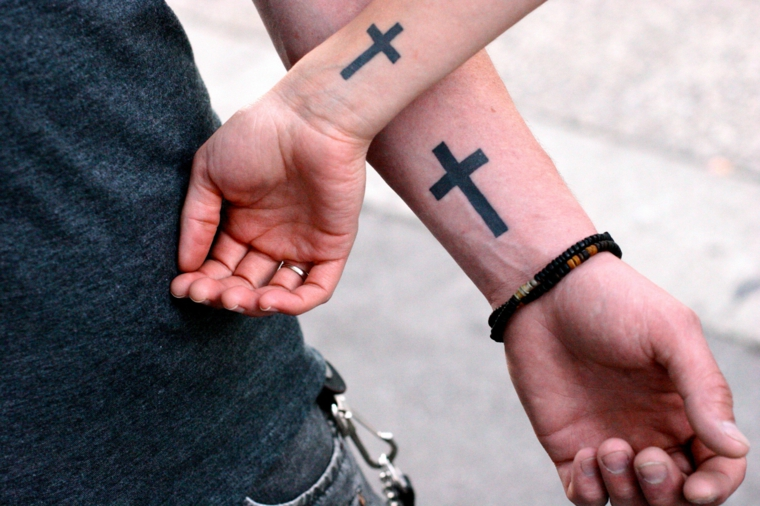 Tatuaggi avambraccio uomo, disegno tattoo croce, tatuaggi di coppia sul polso