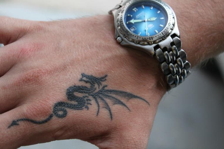 Uomo con tattoo sulla mano, tatuaggio disegno drago, orologio da polso