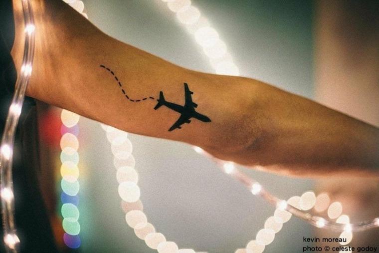 Disegno aereo con linee, tatuaggio aereo sul braccio, fili luminosi