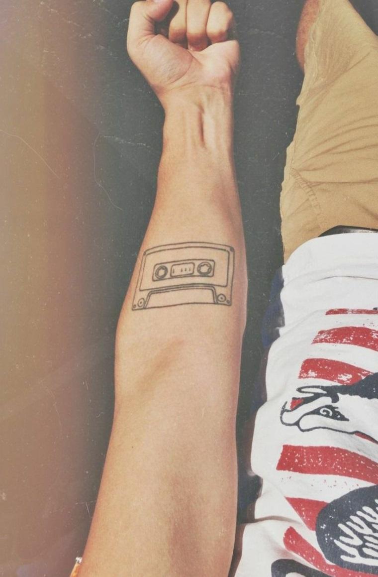 Tatuaggi e significati, disegno cassetta musicale, uomo con tattoo sull'avambraccio