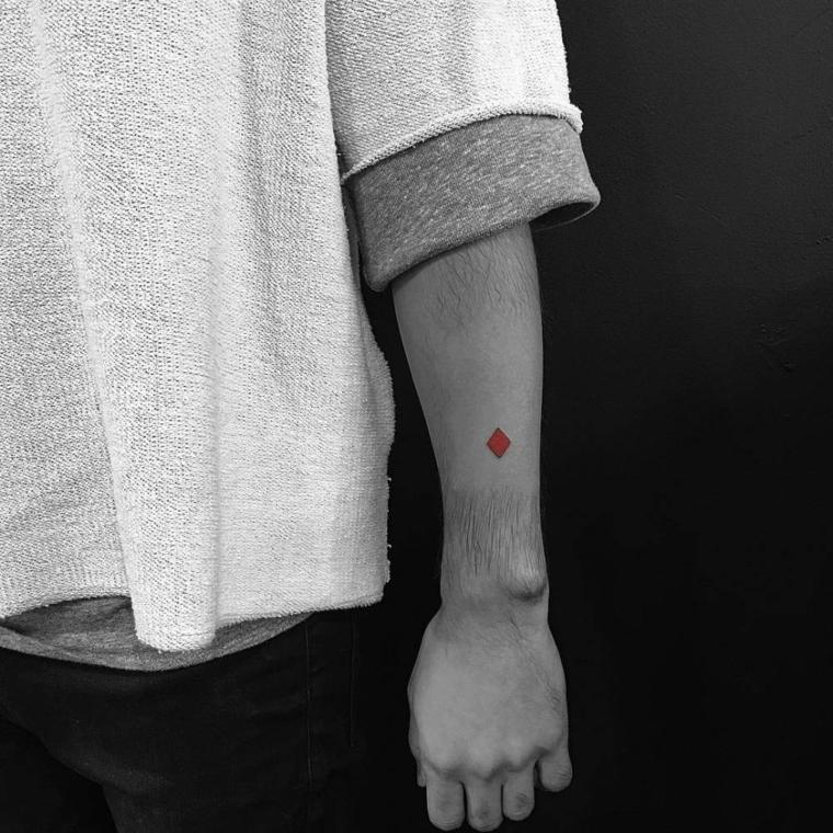 Tatuaggi avambraccio uomo, tattoo sul braccio, disegno tatuaggio rombo rosso