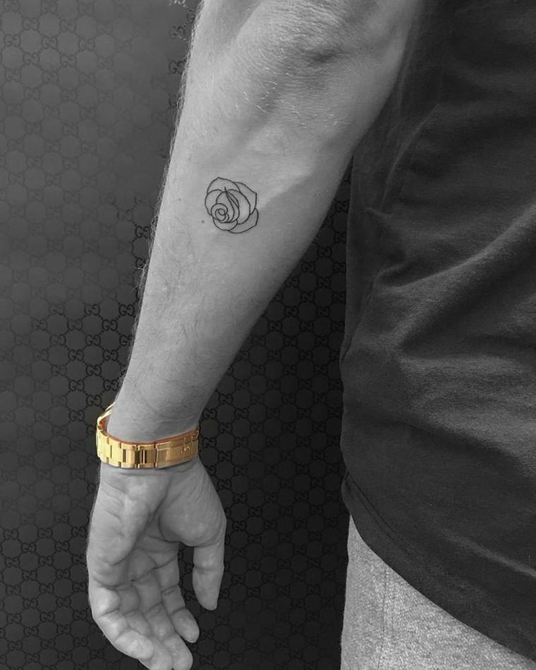 Disegno tattoo rosa, tatuaggi e significati, uomo con orologio in oro