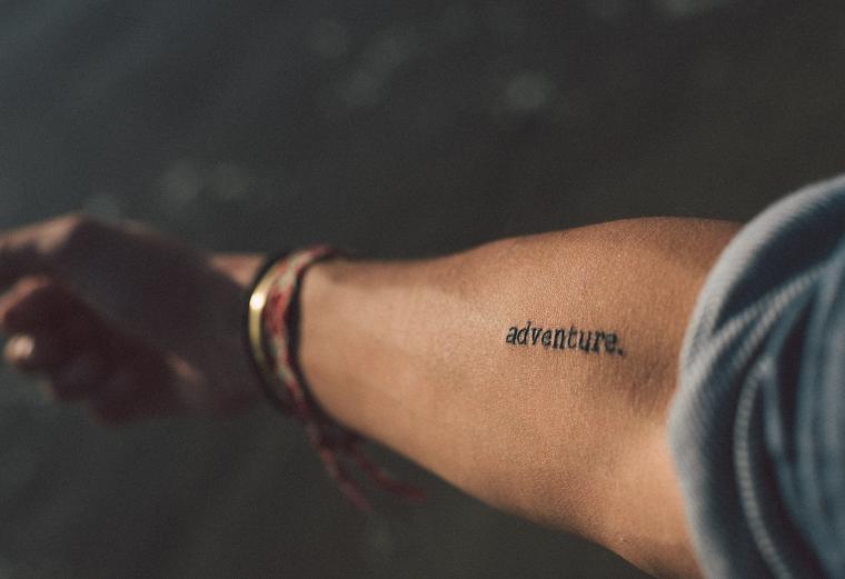 Tatuaggi piccoli uomo, tatuaggio con scritta in inglese, tattoo sull'avambraccio, scritta adventure