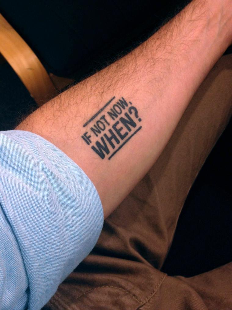 Tatuaggi avambraccio uomo, tattoo sul braccio, design tattoo con scritta