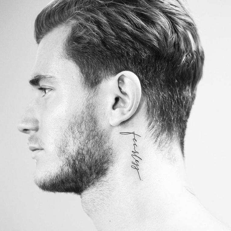 Tatuaggi piccoli uomo, uomo con tattoo sul collo, scritta tatuaggio uomo