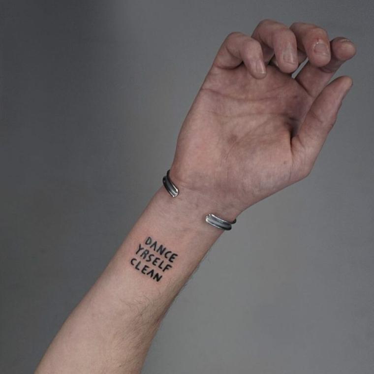 Tatuaggio sul polso della mano, uomo con tattoo, tatuaggi piccoli maschili