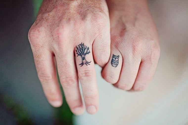 Tatuaggi forza di andare avanti, disegno albero e gufo, tatuaggio di coppia uomo e donna mani