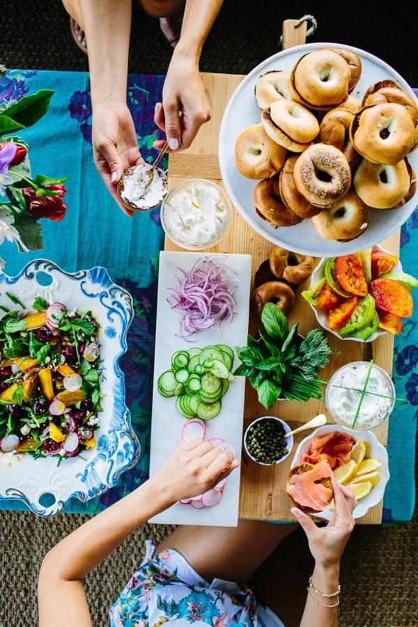 Cibo da colazione e brunch, panino con salmone, ciambelle con cioccolato, piatto con insalata