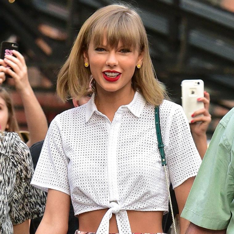 La cantante Taylor Swift, capelli di colore biondo, piega capelli corti, pettinatura con frangia