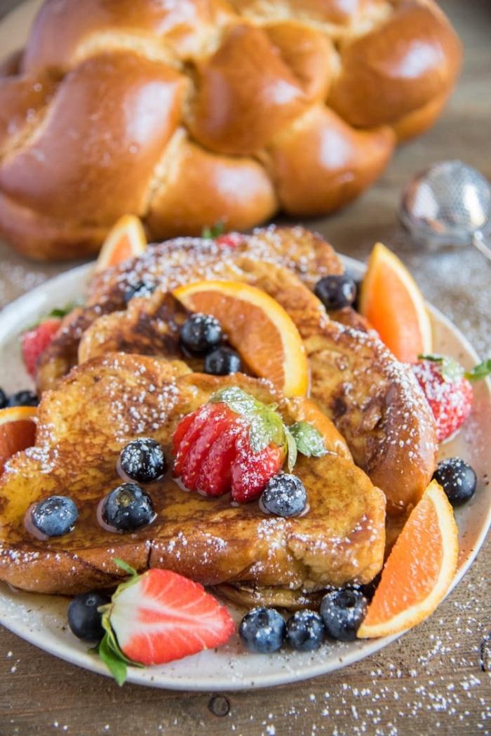 Toast alla francese, panini con uova, colazione con frutti di bosco, menu brunch