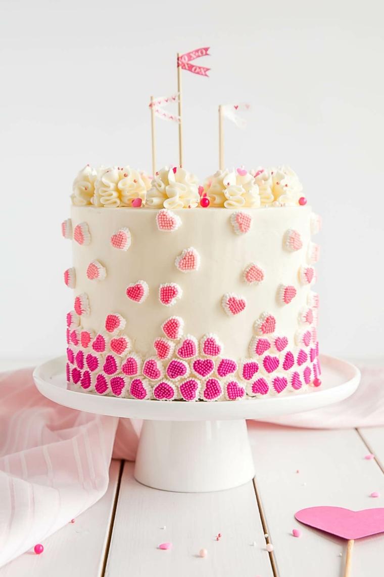 Torte di compleanno facili da fare in casa, torta con cuori colorati, topper con bandiera