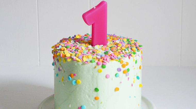 Torta per bimba 1 anno, decorazione torta con cerchi di zucchero, candelina numero 1