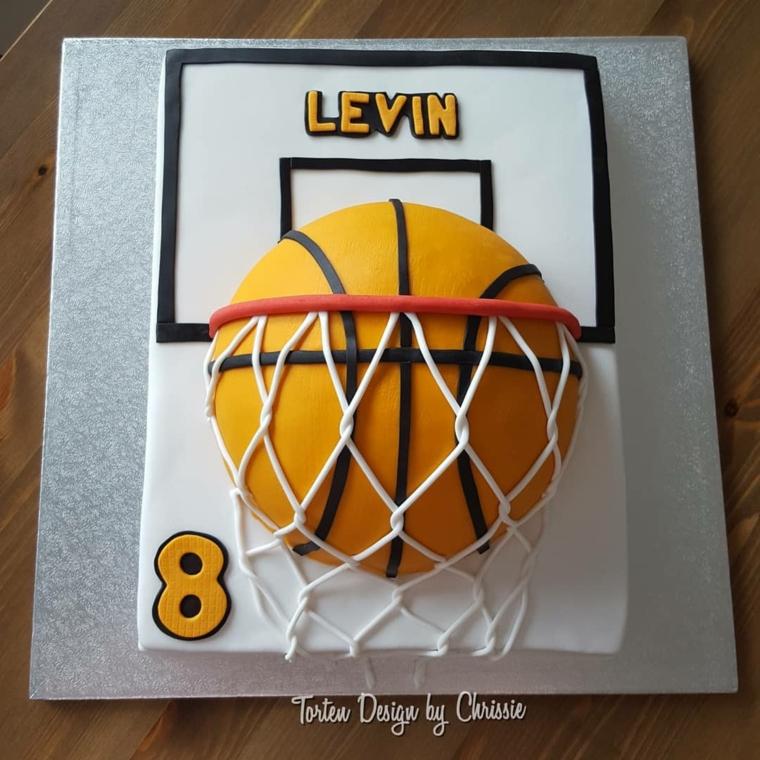 Torta forma canestro, decorazione torta con palla, idea torta per maschietto