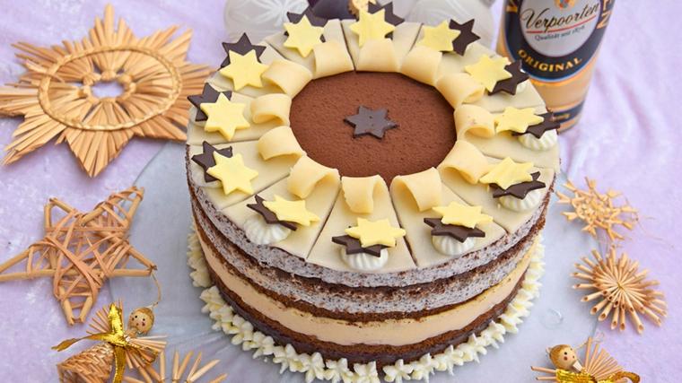 Torta dalla forma rotonda, decorazione torta con stelle di cioccolato, bambole di legno