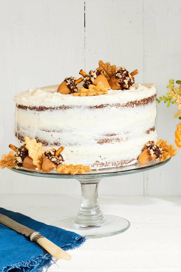 Torta di compleanno con crema pasticcera, decorazione torta con biscotti, torta a strati