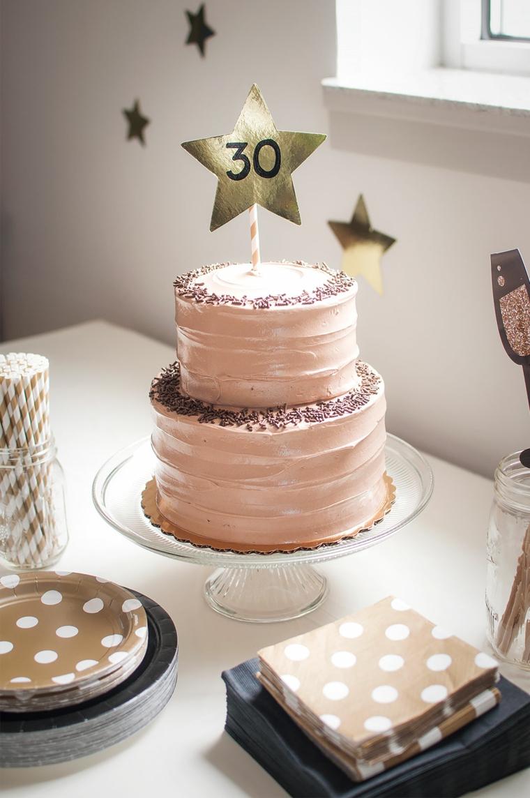 Torta per donna 30 anni, torta a due piani, dolce ricoperto con crema alla nocciola