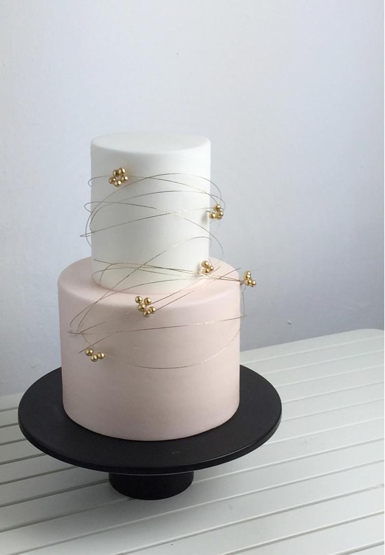 Torta a due piani, decorazione torta con perline, dolce ricoperto con pasta di zucchero