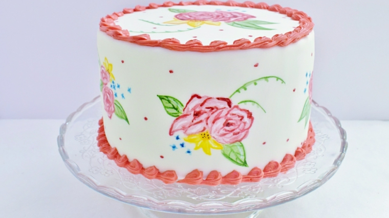 Decorazione torta con crema bianca, torta con disegni, decorazione con panna rosa