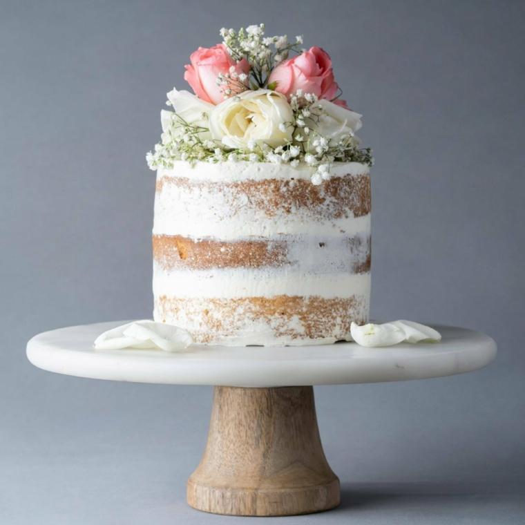 Torta ricoperta con crema bianca, decorazione torta con fiori, strati con panna montata