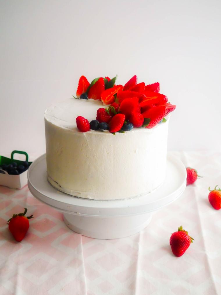 Torte bellissime. torta forma rotonda con fragole, decorazione torta con fragole