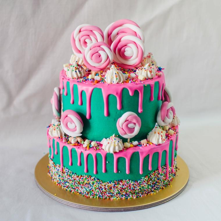 Torta compleanno bimba, torta a due piani, decorazione con marshmallow, glassa colore rosa
