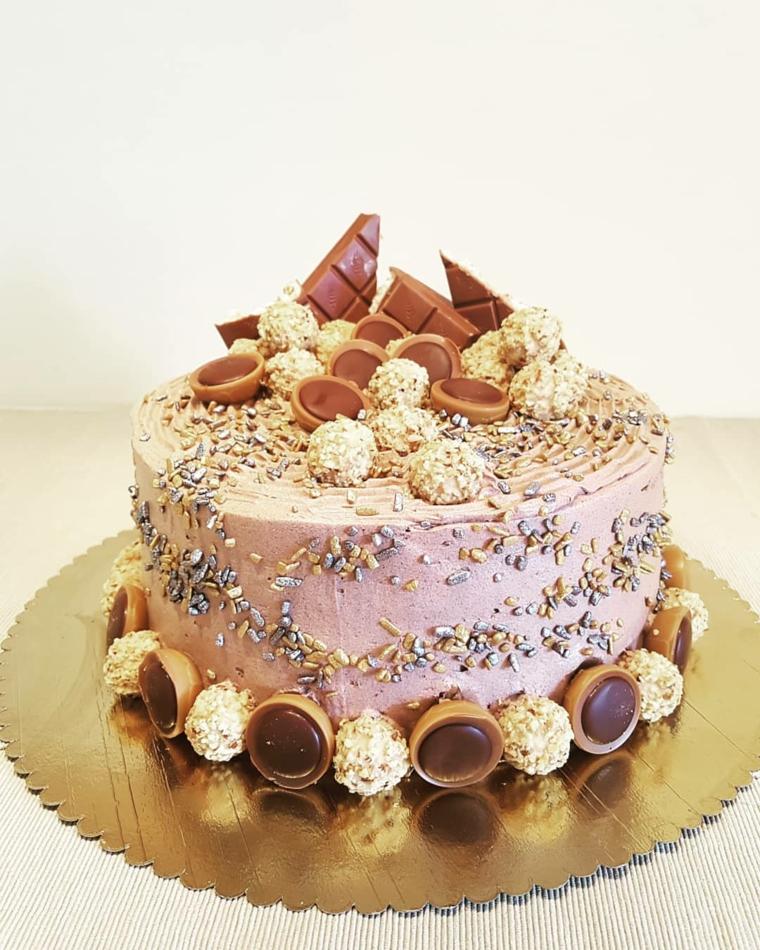 Torta con cioccolatini, decorazione torta con scaglie di cioccolato, codette colorate