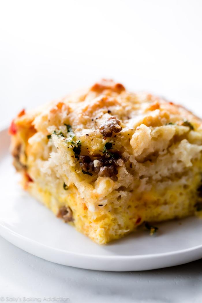 Torta salata con carne, sfornato ai formaggi, piatto per il brunch