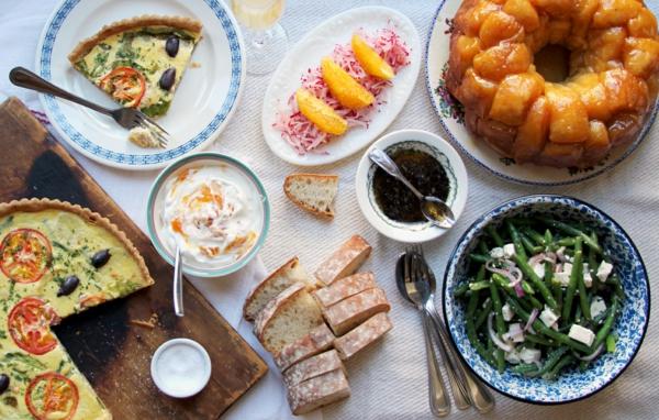Torta salata alle verdure, fette di pane, fagiolini con formaggio, tavolo apparecchiato, brunch ricette