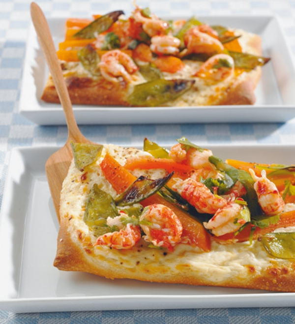 Pasta sfoglia ai gamberetti, brunch con verdure e frutti di mare, piatto per il brunch