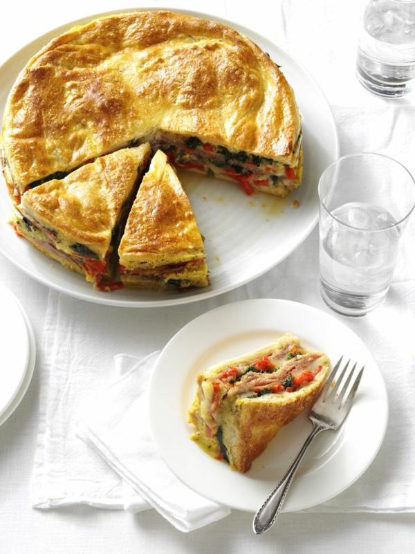 Torta salata con verdure, pezzo di torta salata, tavolo apparecchiato, cibo da brunch