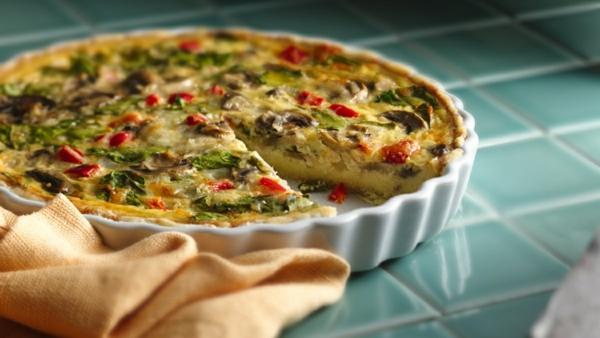 Torta salata con verdure, cibo per il brunch, frittata di uova con verdure