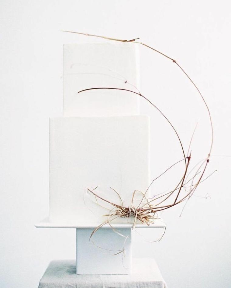 Torta compleanno bianca, decorazione torta con rametti, torta a due piani