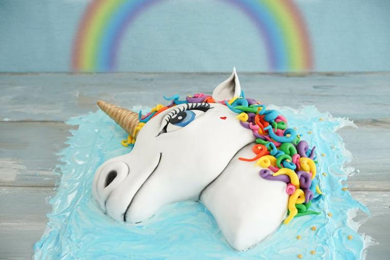 Torta unicorno, decorazioni torta con pasta di zucchero, parete con disegno arcobaleno