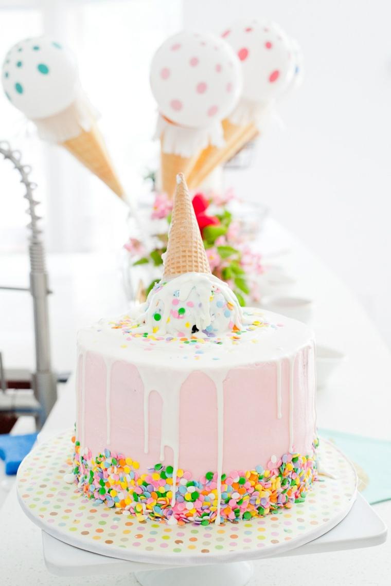Torte di compleanno per bambini decorate, torta con pasta di zucchero rosa, decorazione con cono gelato
