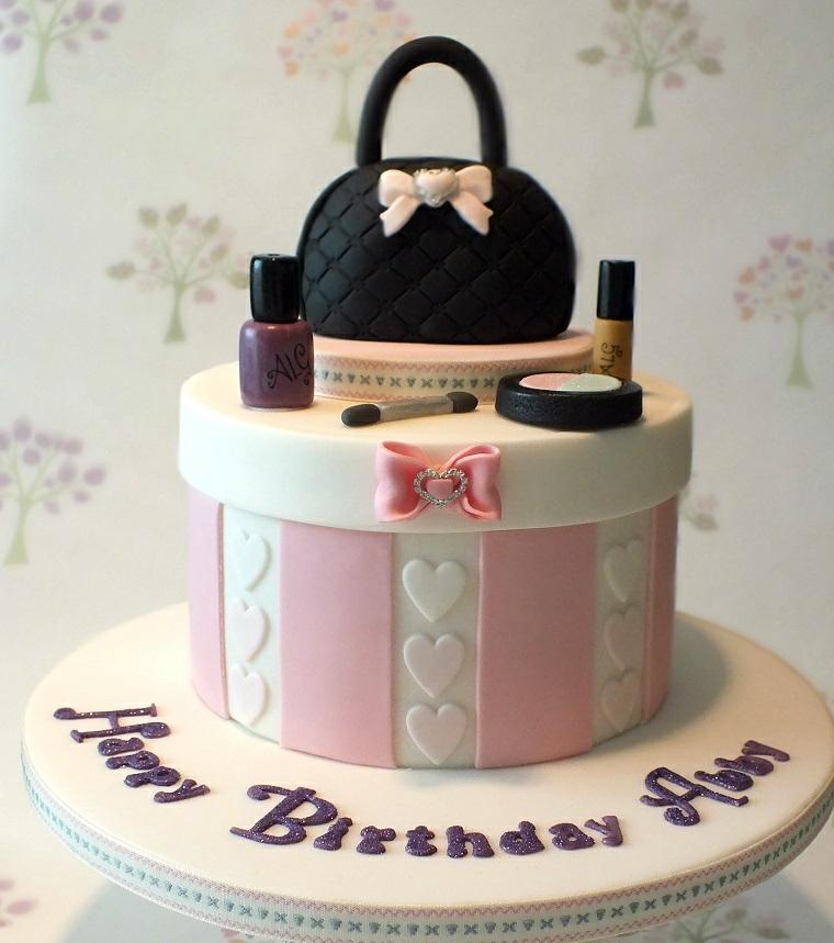 Torta compleanno bimba, torta scatola con borsetta, decorazione torta con pasta di zucchero