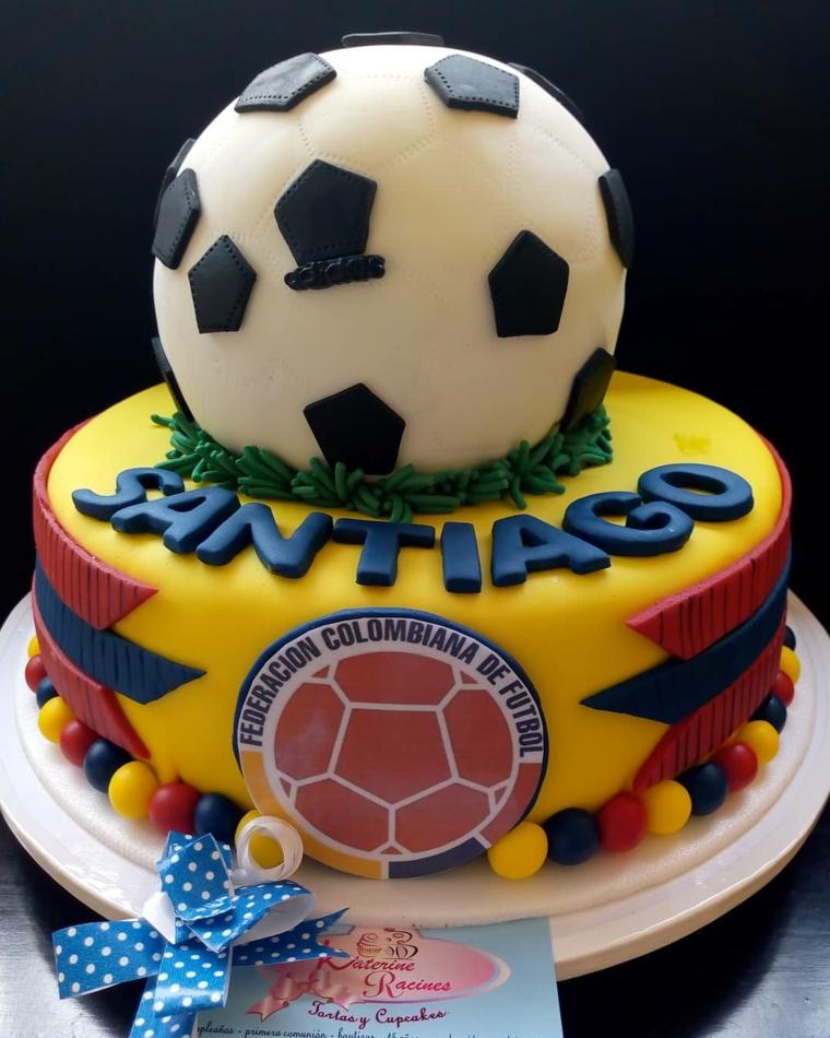 Torte di compleanno bambini decorate, torta con palline di calcio, idea torta bimbo maschio