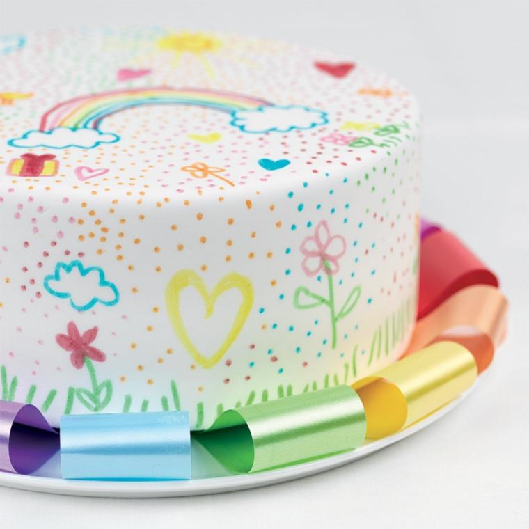 Torte di compleanno particolari, torta con glassa bianca, decorazioni torta con disegni